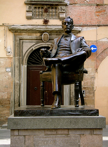 lucca italy puccini statue