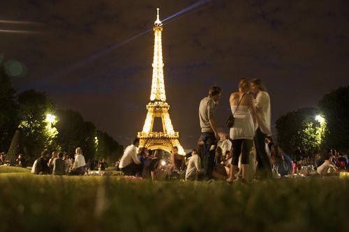 picnic spots in Paris Champ du Mars