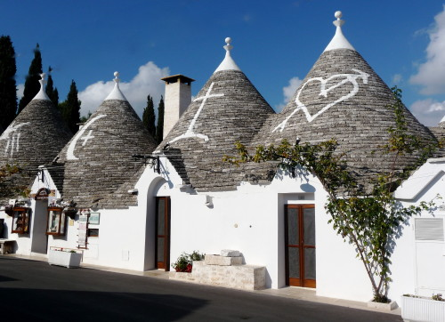 a row of trulli in alberobello